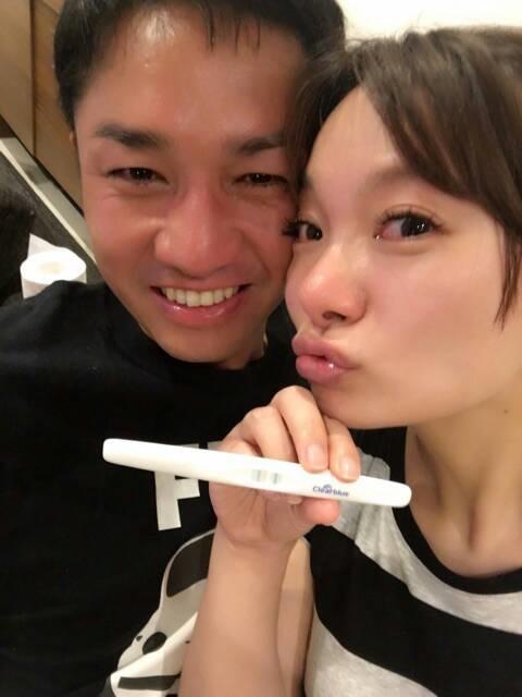 保田圭、妊娠判明までを振り返り、夫と喜びで泣きはらした2ショット公開