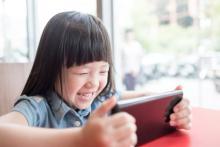 夏休みの子供が家でずっと動画に夢中…不安を感じる親にできること