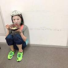 有安杏果 イベント前、頭に氷嚢&顔にパックをしながら食事をする姿公開