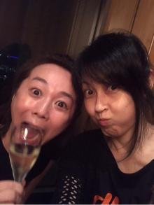 """岸谷香、<span class=""""hlword1"""">木佐彩子</span>と半泣きに「今年で一番うまいビール」"""
