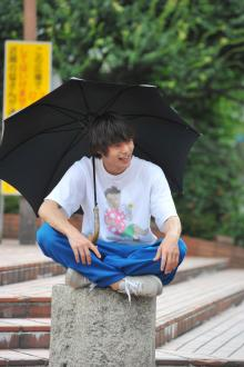 """窪田正孝""""僕やり""""オフショットを公開 日傘をさして笑顔で撮影中"""