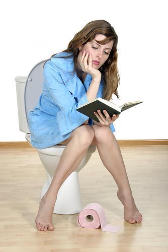 みんなにはヒミツ!職場のトイレで、女子はこっそりアレしてストレス解消♡