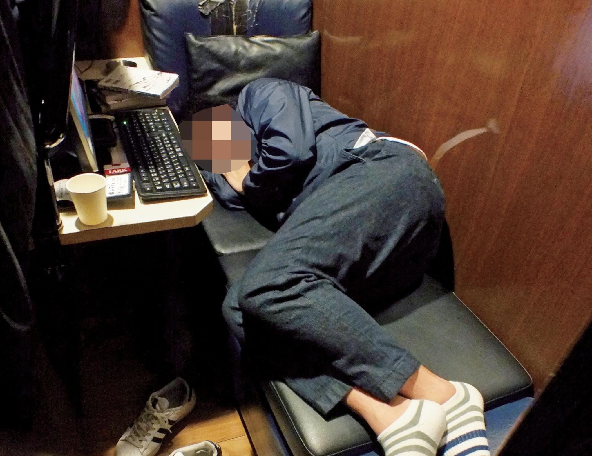 月収13万、ネットカフェに寝泊りする日雇い労働者・30歳「こんな生活続けたくない…」