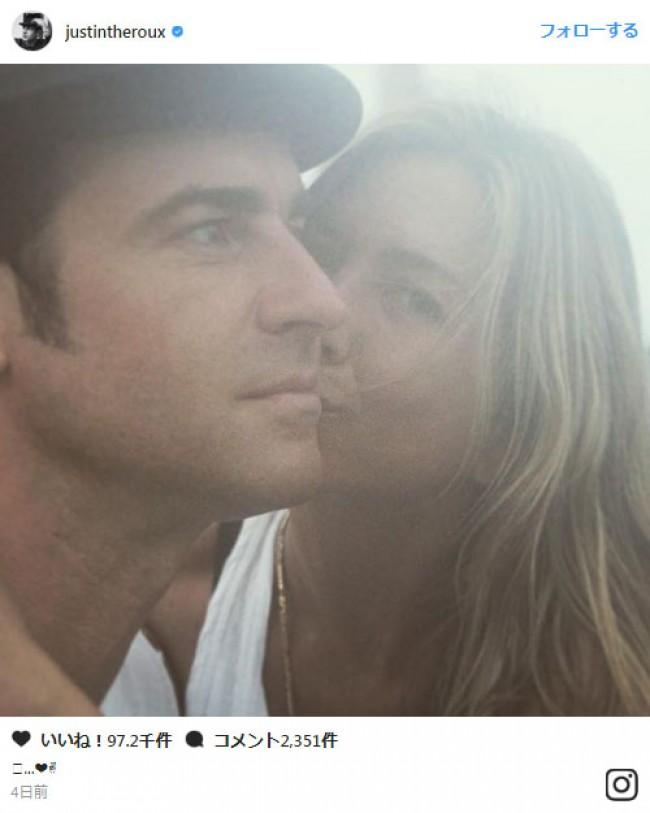 ジェニファー・アニストン、結婚2周年をお祝い イケメン夫の頬にキス