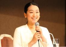 """浅田<span class=""""hlword1"""">真央</span>さん、世界に一つだけのティーセット 県民栄誉賞第一号の記念品に笑顔"""