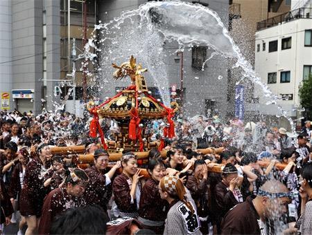 熱く涼しい水掛け祭り
