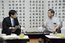 会談する小野寺防衛相と翁長知事
