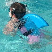 """<span class=""""hlword1"""">サメ</span>になれる!?水泳練習背びれ「スイムフィン」がおしゃれで可愛い"""