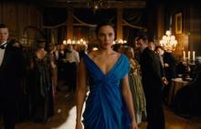 英国王室ばりのエレガントさは女子必見!ワンダーウーマンは超おしゃれ。ブルーのドレスや眼鏡姿にクギづけ