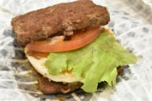 【実食】肉×肉サンドで低糖質!ファーストキッチン・ウェンディーズの新バーガーを食べてみた