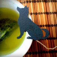 「いぬ茶」、頂戴します…切り絵の犬がティーバッグのタグにわわわわん!