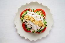 【鶏はアレでパサパサしない!】真夏に男が喜ぶサラダレシピ『バンバンジー』