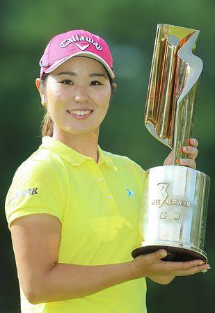 比嘉、4年ぶり3勝目=プロデビュー勝は17位-NEC軽井沢72女子ゴルフ
