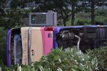 観光バス横転、39人重軽傷=運転手「前見てなかった」-北海道
