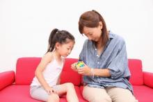 スマホ動画は最終手段にしたいママ必見!電車や外食時に役立つ子どもの暇つぶしグッズ8選