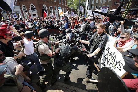 米バージニア州の白人主義集会で衝突、死者も=車突入、ヘリ墜落-トランプ氏に批判