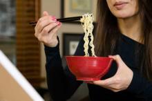 音を立てて「麺をすする」のは不愉快? 世代間で意識の差が…