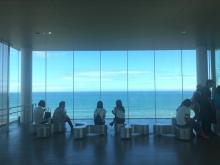 まるで海に浮いている!?180°のパノラマビューを楽しめる絶景カフェ