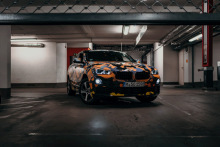 BMWの新型SUV「X2」が個性的カムフラージュでチラ見せ! 全体的なフォルムが明らかに