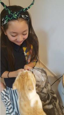 谷花音 大好き過ぎる2匹の愛猫と戯れる姿が「可愛い!!」と絶賛