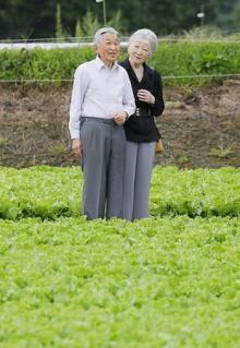 両陛下、軽井沢の開拓地を散策