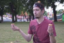 チキンナゲットを食べながらヨガのポーズを取る「チキンナゲットヨガ」動画がおもしろい
